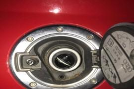 奥迪tt跑车快速加油口阀门断裂掉入油道后无法正常加油