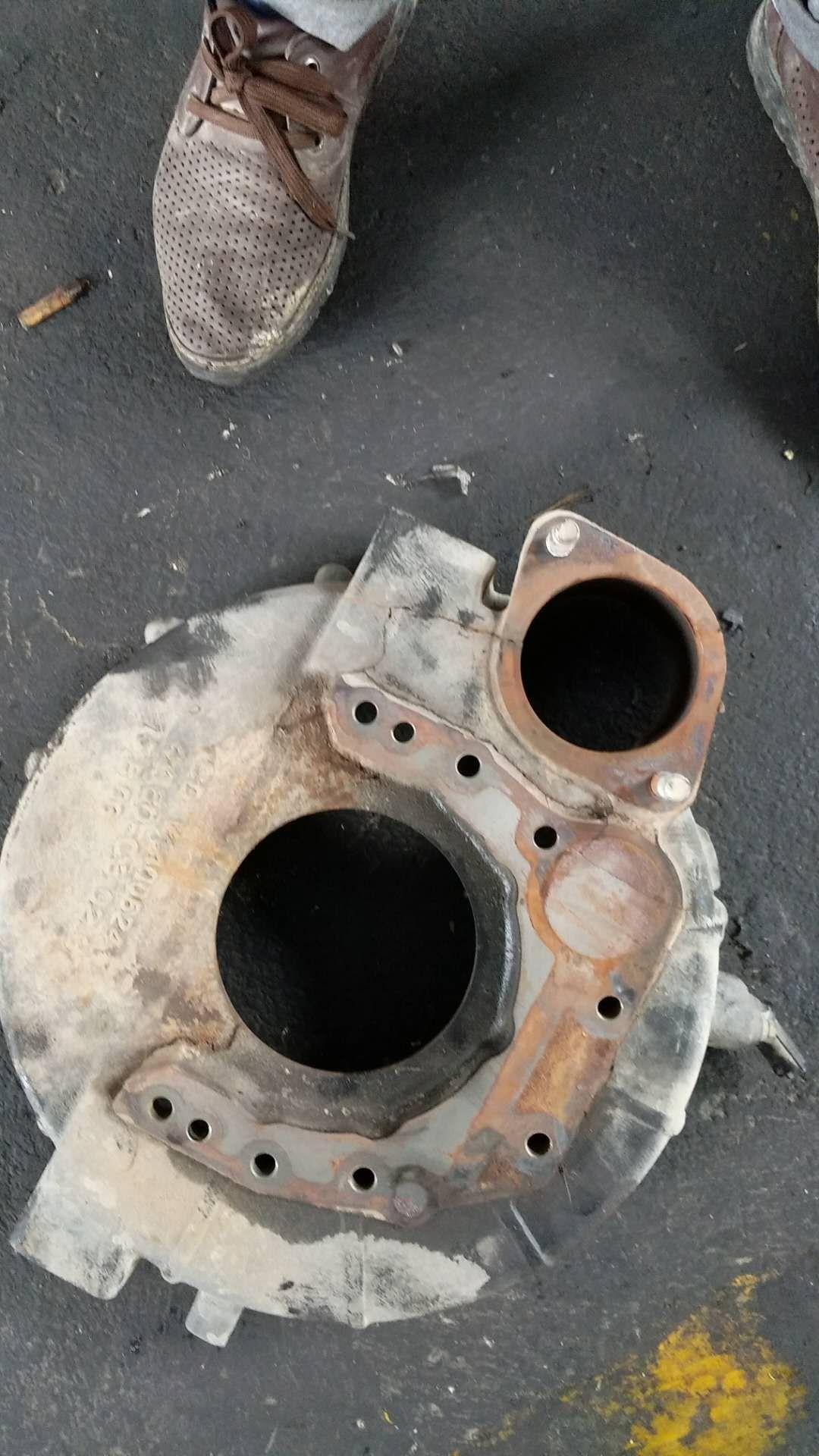 发动机飞轮壳损坏 ;