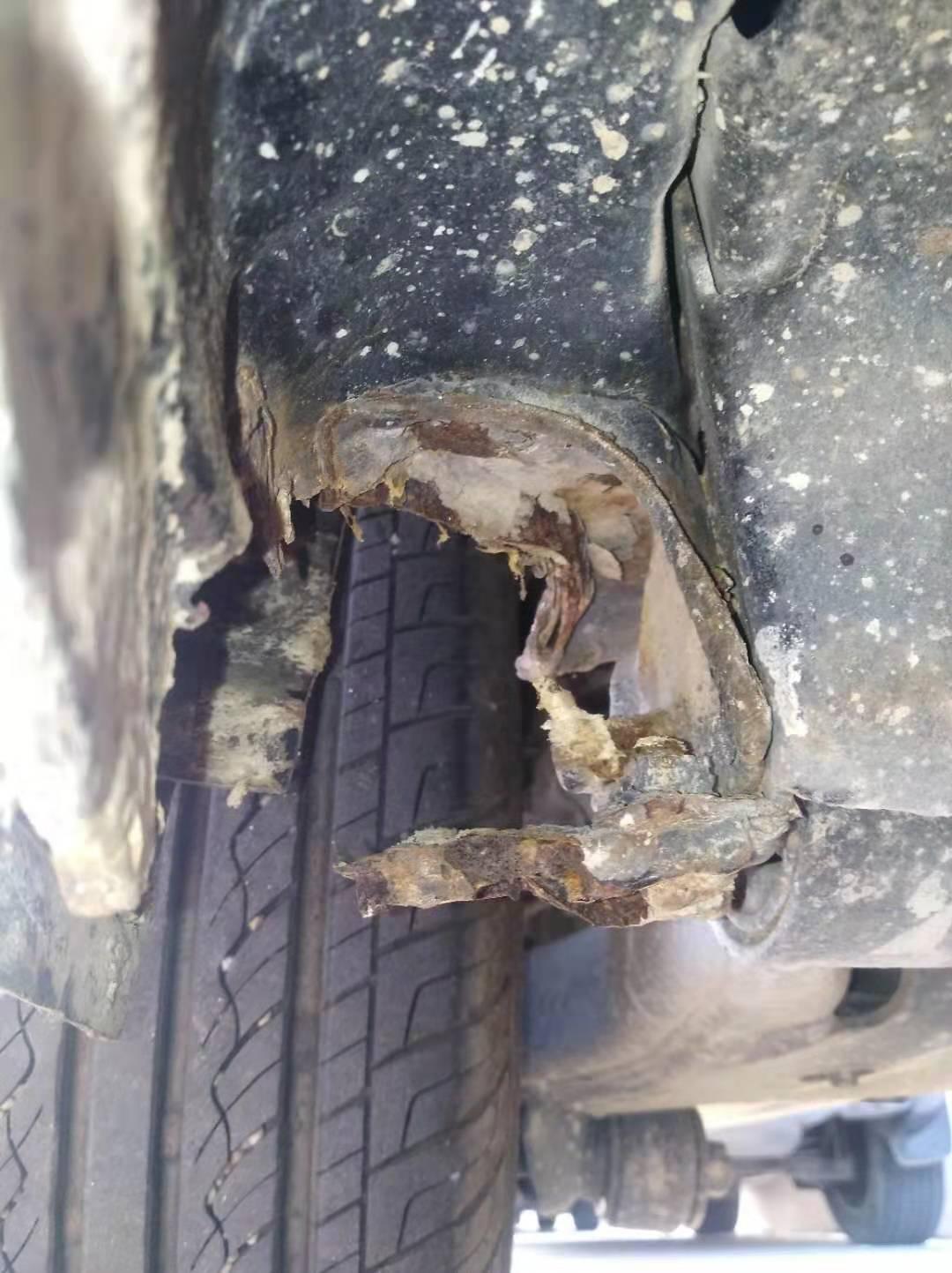 右侧C柱下边梁和车架连接处生锈,已经腐蚀出一个洞