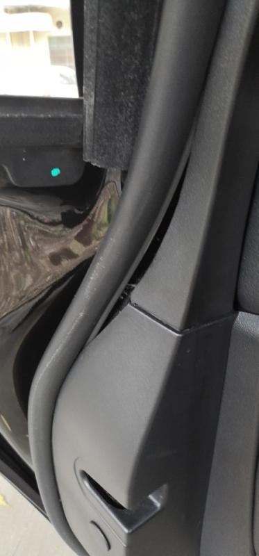 车身多处异响,车门密封条多次脱落,维修后一周内又自然脱落